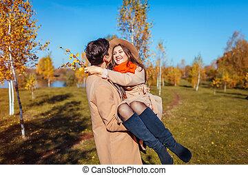 秋, 彼の, 恋人, 手, 若い, forest., 届く, 笑い, 歩く, ガールフレンド, 人