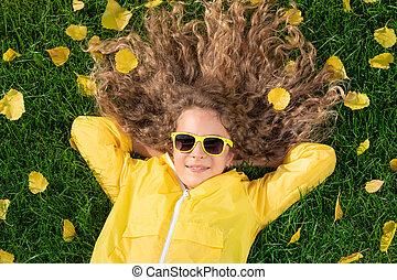 秋, 芝生, あること, 公園, 黄色, 美しい, 葉, 女の子