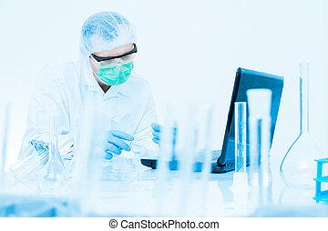 科學家, 工作, 在實驗室, 在, 防護 面具, 以及, 帽子, 檢查, a, 試管, 由于, 液体