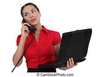 秘書, 保有物, a, ラップトップ, 間, 電話 で 話すこと