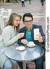 移動式 電話, カフェ, 若い人々