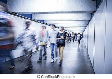 移動, 人群, 在, 地下過道