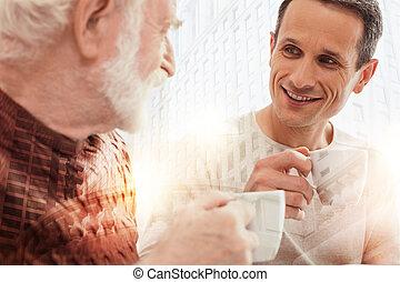種類, 彼の, 父, コーヒー, 見る, 間, 飲むこと, 年を取った, 注意深い, 人