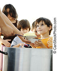 空腹, 子供, 中に, 避難者キャンプ, 分配, の, 人道主義者, 食物