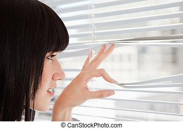 窓, によって, から, 見る, ブラインド, 女, 若い