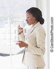 窓, によって, カップ, 見る, 女性実業家, オフィス, お茶