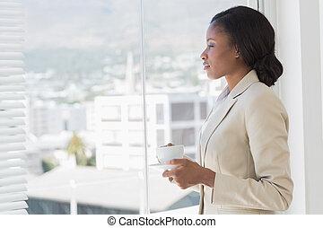 窓, によって, サイド光景, 優雅である, カップ, 見る, 女性実業家, オフィス, お茶, 若い