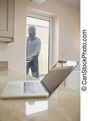 窓, ラップトップ, によって, 見る, 強盗