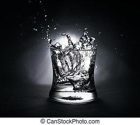 立方体, はねかけること, 氷 水, ガラス, フルである