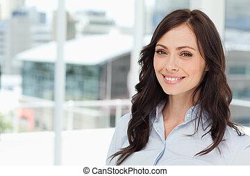 站立, 婦女, 經理人, 年輕, 直立, 明亮, 窗口, 前面, 微笑