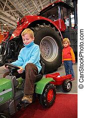 站立, 男孩, 拖拉机, 後面, 跨著, 小, 女孩