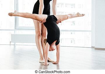 站立, 芭蕾舞女演員, 很少, 伸展, 手, 女孩, 老師
