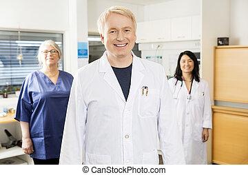 站立, 醫學, 當時, 門診部, 隊, 專業人員, 微笑