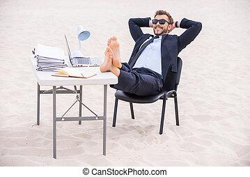 站立, 頭, 他的, 太陽鏡, 後面, vacation., 年輕, formalwear, 英尺, 沙子, 扣留手,...