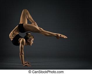 站立, backbend, 婦女, 瑜伽, 体操運動員, 在上方, headstand, 馬戲, 年輕, 手, 黑色的背景, 靈活, 體操, 站, 手, 雜技演員, 練習
