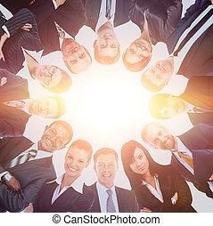 站, 团体, 商业, 挤作一团, 人们, 微笑, 低的角度, 观点。