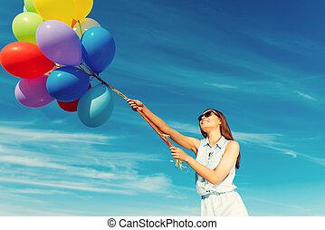 站, 蓝色, 妇女, 角度, 色彩丰富, 察看, 天空, 年轻, 对, 快乐, 当时, 低, 握住, 准备好, 微笑, 。, 气球, 拿