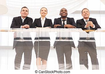 站, 角度, 商务人士, 四, 充满信心, team., 其它, 低, 每一个, 关闭, 微笑, 察看