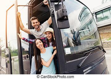笑い, 彼ら, バス, 3, doors., 持ちなさい, のぞき見, fun., 友人, 観光客, から