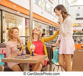 笑, 女性, 朋友, 在, the, 購物中心, 咖啡館