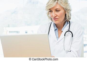 笔记本电脑, 女性的医生, 使用, 办公室, 医学