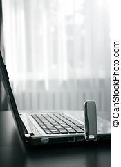 笔记本电脑, 带, 运载工具, 因特网联系, 在桌子上