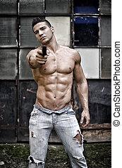 筋肉, 若者, shirtless, ポイントしている銃, カメラに