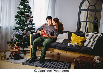 箱子, 她, 禮物, 坐, 打開, 長沙發, 當時, 女朋友, 關閉, 人