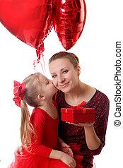 箱, ギフトの 提供, 母, 接吻, 女の子, 風船