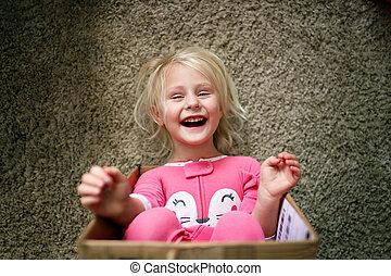 箱, 幸せ, わずかしか, プレーする, 彼女, 笑い, 子供, 家, ボール紙, 彼女