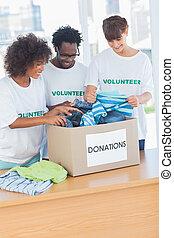 箱, 朗らかである, 見る, 寄付, ボランティア, 衣服