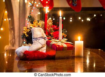 箱, 毛織りである, 贈り物, ソックス, 蝋燭, 置かれた, に対して, firepl, テーブル