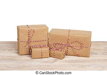 箱, 贈り物, 木製である, 隔離された, 弓, リサイクルされる, ペーパー, 包まれた, テーブル。, リボン