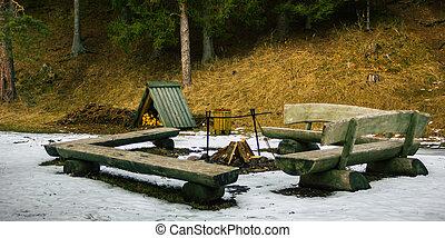 篝火, 地方, 由于, a, 木頭, 在, 它, surronded, 所作, 長凳, 上, a, 多雲, 冬天, 天