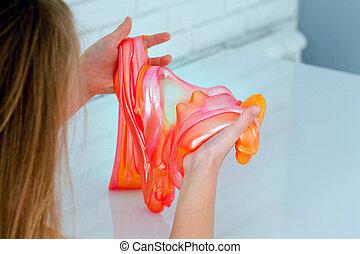 粘着物, おもちゃ, 呼ばれる, 楽しみ, 創造的, 手, 持つこと, ある, 保有物, 手製, 科学, 子供, experiment.