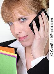 紅色毛發的, 從事工商業的女性, 由于, 磁性, 淡藍, 眼睛, 在電話上