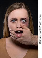 終わり, の, 女性の額面, ∥で∥, カバーされた, 口, によって, マレ, 手, そして, 口, 見られた, によって, ∥, 手。, 概念, の, 女, ある, 攻撃される, そして, 作られた, 無声が あるため, いつか, 必要性, へ, 叫びなさい