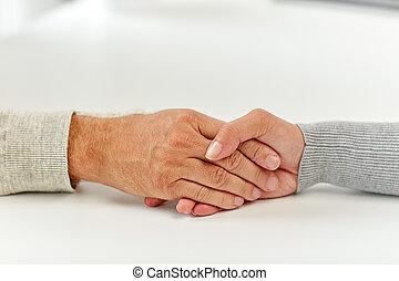 終わり, の, 老人, そして, 若い女性, 手を持つ