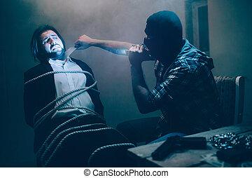 終わり, シャープ, つらい, 避けなさい, 見る, chair., 保有物, terrified., 映像, モデル, キラー, 結ばれた, thoat, video., 彼, blade., this., 録音, ひどく, ナイフ, ビジネスマン, 人, victim's