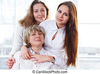終わり, 肖像画, の, a, 成長した, 母, そして, 成人, 娘, そして, 十代, 孫娘, ある, 終わり, そして, 抱き合う, 家で, ある, 幸せ, そして, うれしい