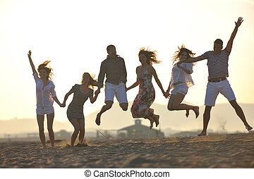 組, ......的, 愉快, 年輕人, 在, 獲得 樂趣, 在, 海灘