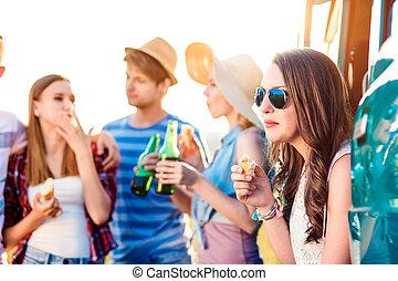 組, ......的, 青少年, 世面靈通的人, 上, roadtrip, 喝酒, 啤酒, 吃