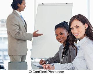 経営者, 間, プレゼンテーション, 仕事, 微笑, 聞くこと, 若い