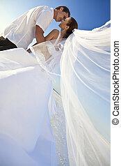 結婚されている, &, 恋人, 花婿, 花嫁, 結婚式, 接吻, 浜