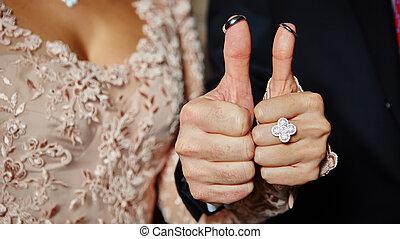 結婚戒指, 上, 手指, 繪, 由于, the, 新娘和新郎