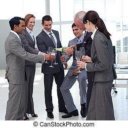 給仕, ビジネスマン, シャンペン, 成功した, 彼の, 同僚