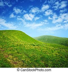 綠色的小山, 以及藍色, 天空, 由于, 云霧