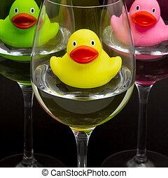 緑, 黄色, そして, ピンク, ゴムカモ, 中に, wineglasses