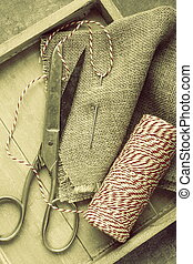 線, 木制, 針, 線軸, 麻袋布, 剪刀, 托盤