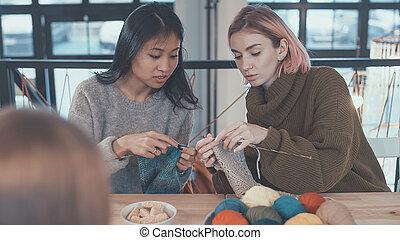編むこと, レッスン